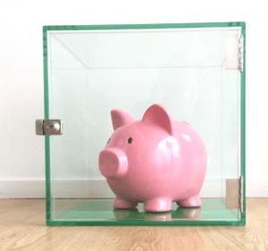 lyserød gris i glarmesterens glasmontre