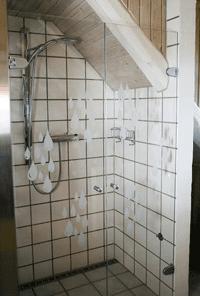 dobbelt brusedør i glas med sandblæste dråber som motiv