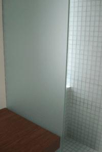 mat brusedør i glas til badeværelse