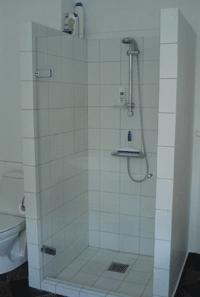 elegant brusedør i klart glas til badeværelset