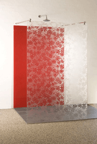 brusevæg i rødt glas og brusevæg med blomstermotiv