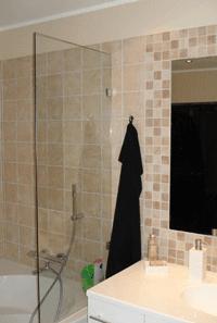 brusevæg i glas ved badekar