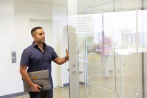 glasdør med lås indendørs
