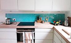 babyblå stænkplade til lille køkken