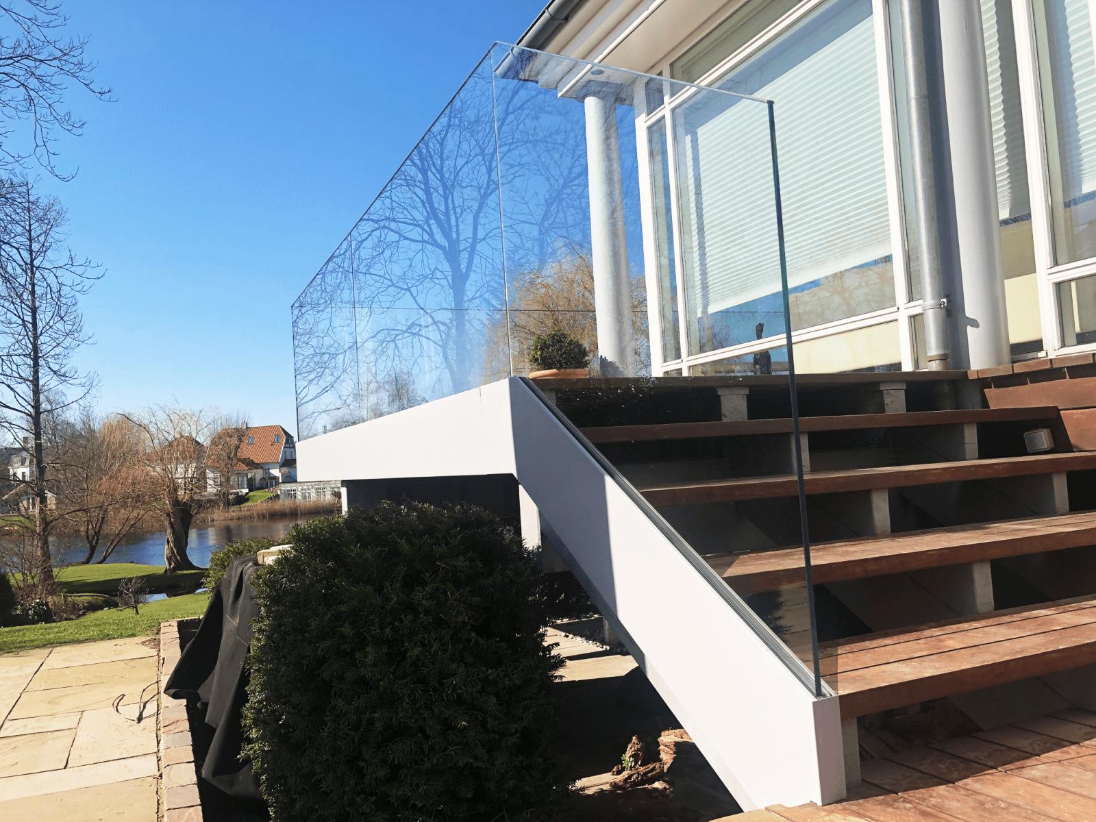 glasværn til villa i holte